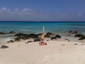 De kaars, yoga houding op Sardinie